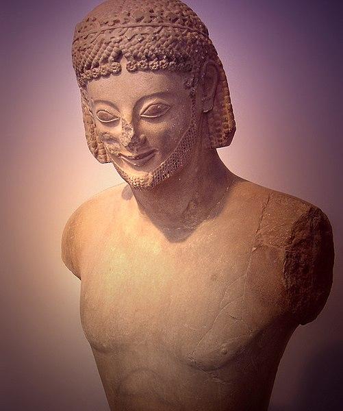 アルカイックスマイル」の意味とは?仏像やギリシャ彫刻も解説 | TRANS.Biz