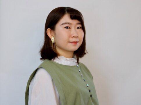 自分のアイデアを表現できるのが楽しい。紙を切って編んで服を作るアーティスト尾崎愛実が作品に込める思い